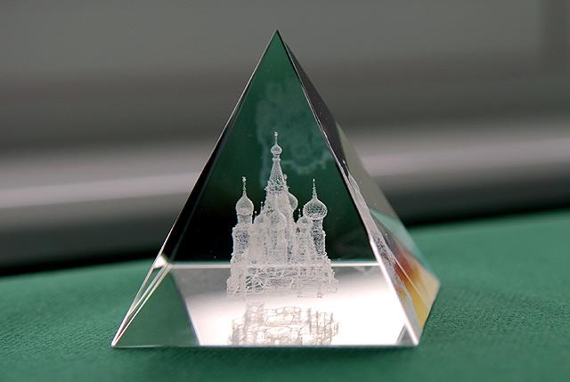 стеклянная пирамида сувенир